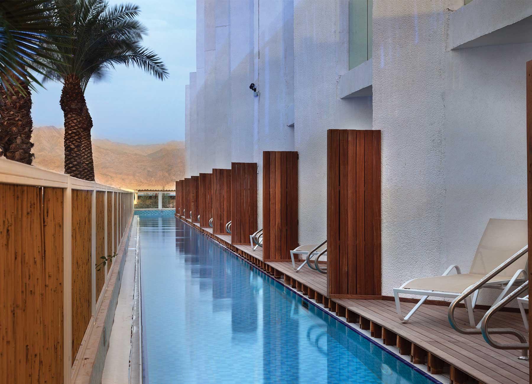 חדר עם יציאה לבריכה במלון הרברט סמואל הריף אילת