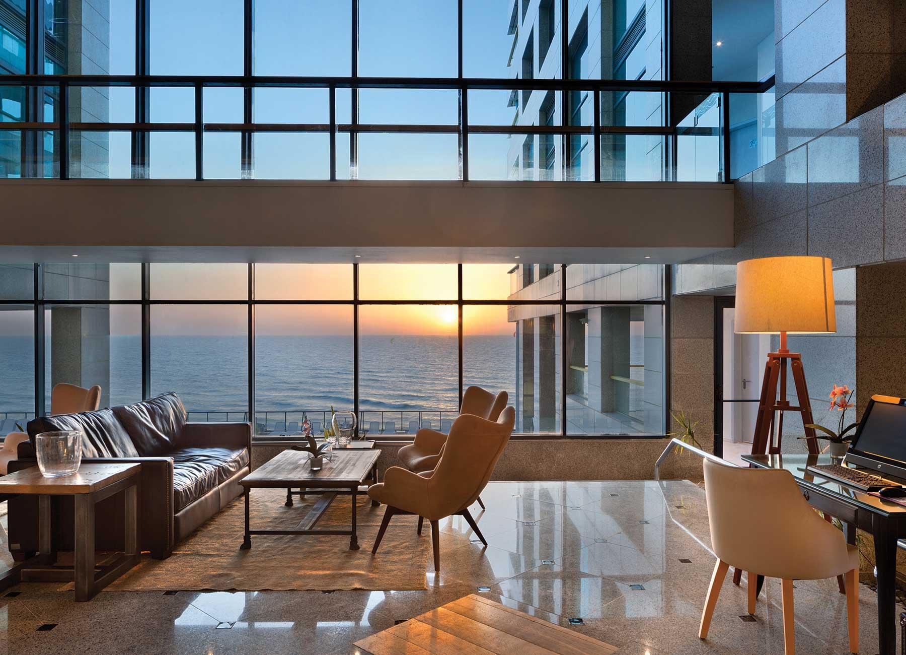 לובי במלון הרברט סמואל אוקיינוס סוויטס הרצליה