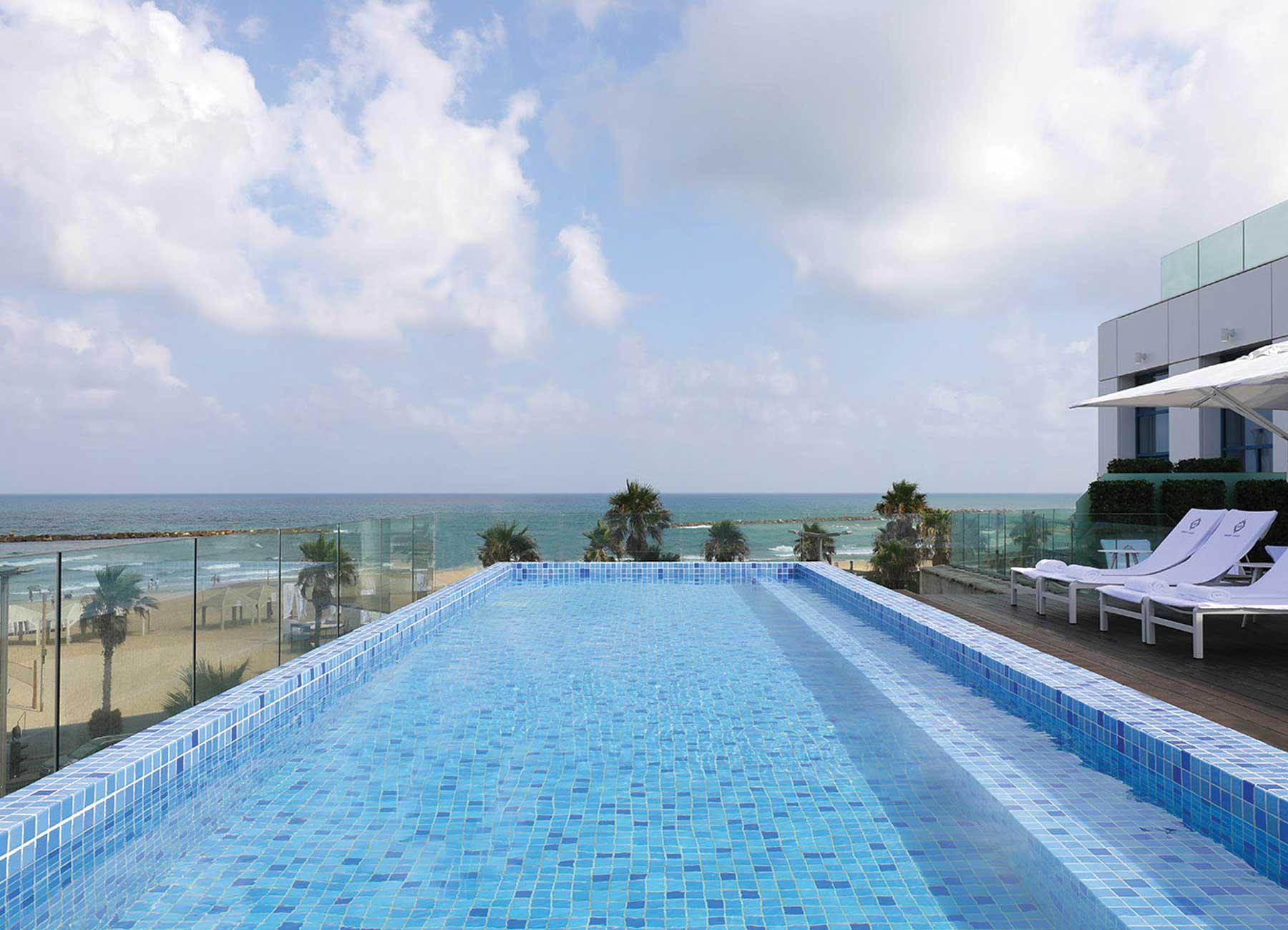 הבריכה המרכזית במלון אופרה הרברט סמואל תל אביב