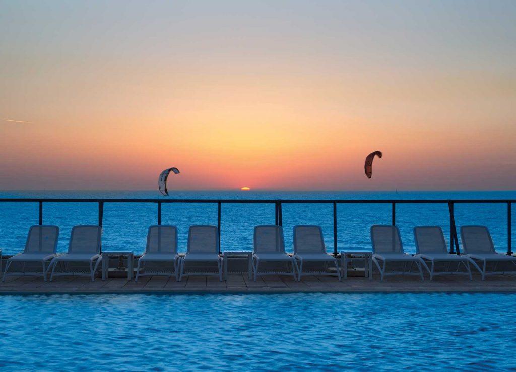 הבריכה במלון הרברט סמואל אוקיינוס סוויטס הרצליה