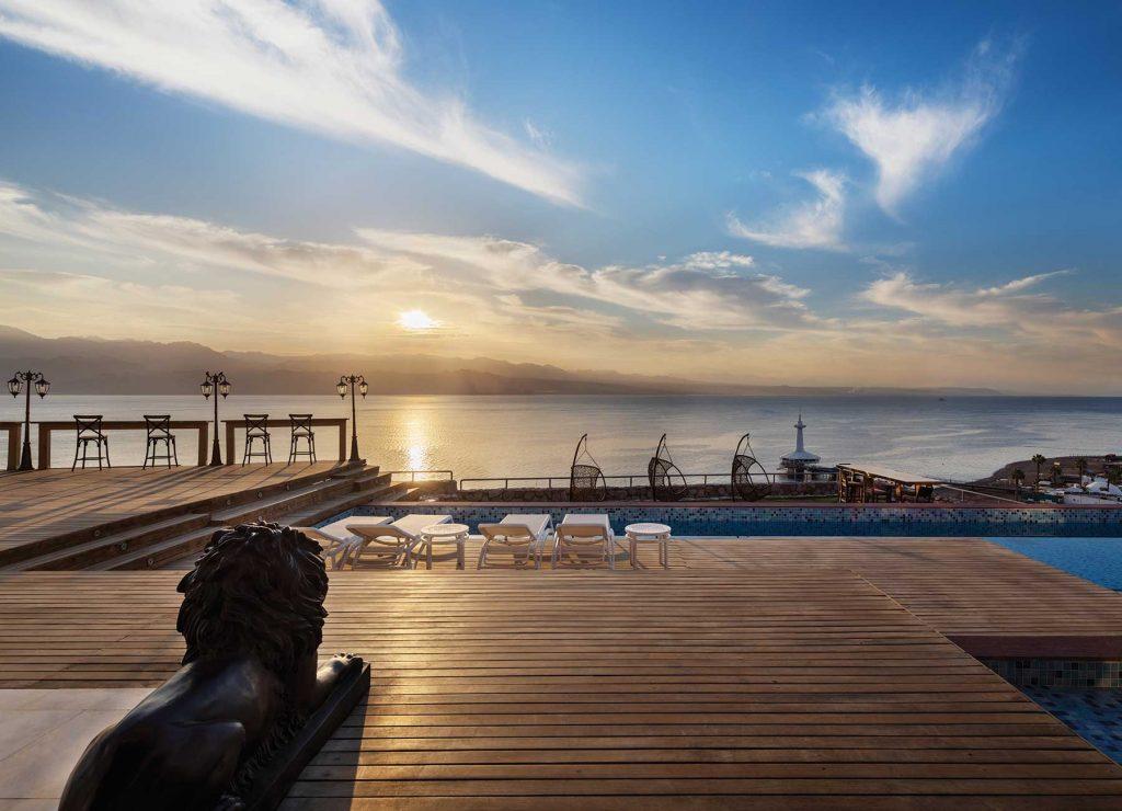 שקיעה במרפסת במלון הרברט סמואל רויאל שנגרילה אילת