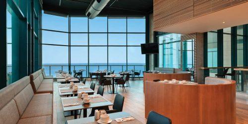 חדר אוכל במלון הרברט סמואל אוקיינוס סוויטס הרצליה