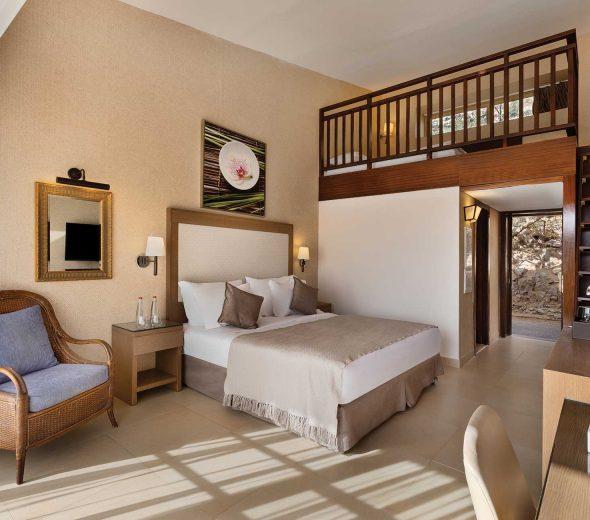 חדר עם גלריה במלון הרברט סמואל רויאל שנגרילה אילת